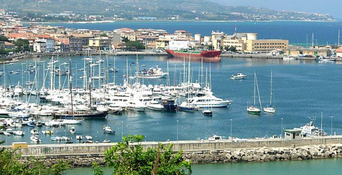 Incendio al porto di Vibo Marina, in fumo due barche in vetroresina