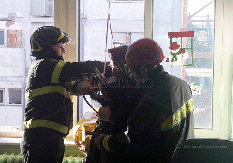 I Vigili del fuoco riportano la befana nel reparto Pediatria di Vibo