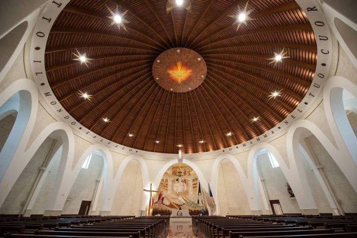 """L'interno della """"Grande chiesa"""" voluta da Natuzza Evolo"""