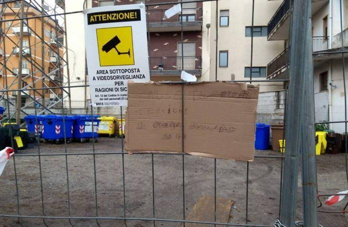 Il cartello comparso sulla recinzione