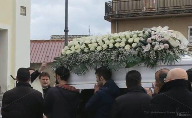 """Addio a Vanessa Gasparro, in migliaia ai funerali della """"guerriera"""" che combatteva per la vita (VIDEO)"""