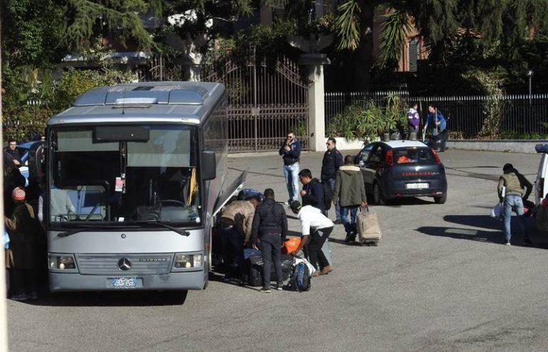 Nicotera, l'hotel Miragolfo diventa un centro d'accoglienza: arrivati i primi 50 migranti