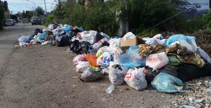 Mini discariche in pieno centro abitato a Vibo, i residenti protestano: «Situazione esasperante»