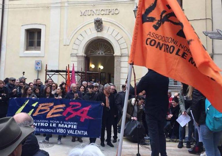 Tropea in piazza per l'architetto Giannini, Libera e Nesci (M5S) in prima fila