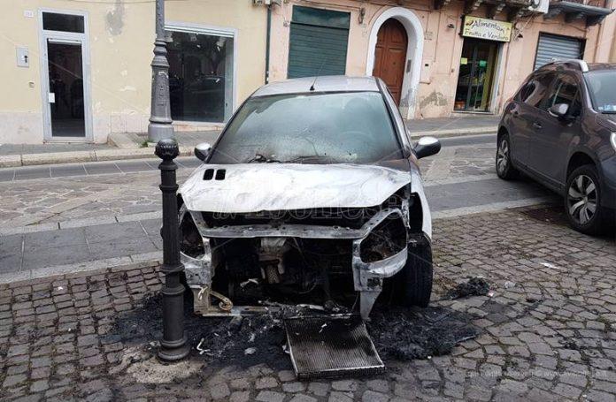 L'auto danneggiata dal rogo a Vibo