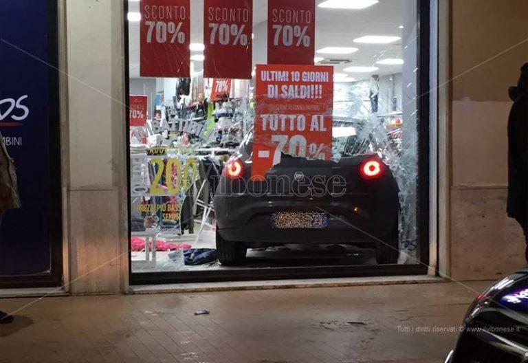 Incidente a Vibo, perde il controllo dell'auto e sfonda la vetrina di un negozio (FOTO-VIDEO)