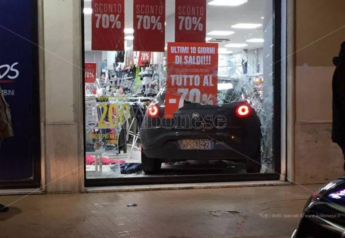 L'auto finita in un negozio a Vibo