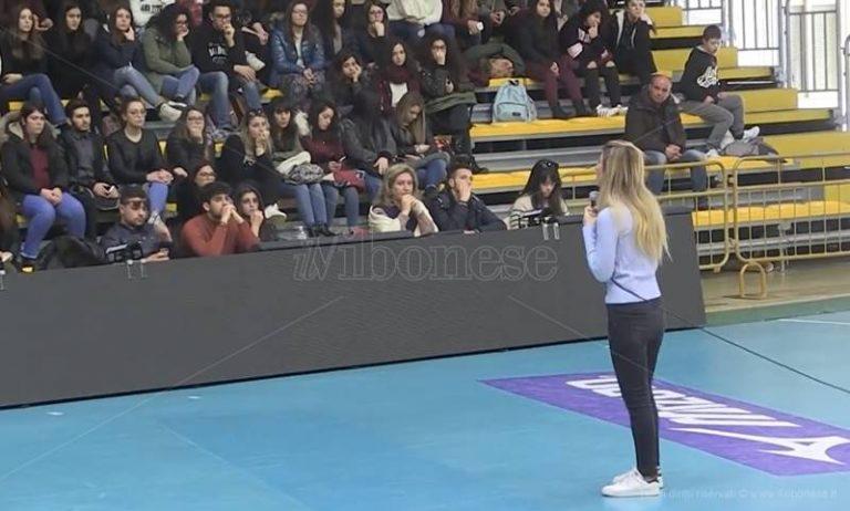 """""""Quasi morta per una pasticca d'ecstasy"""", la storia di Giorgia Benusiglio cattura gli studenti di Vibo (VIDEO)"""