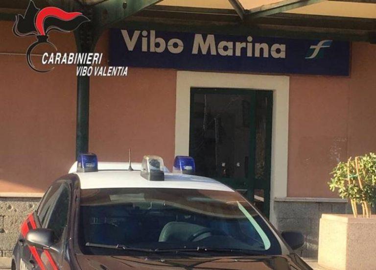 Si sdraia sui binari alla stazione di Vibo Marina, suicidio sventato dai carabinieri