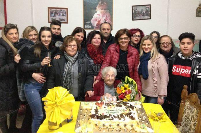 Zia Rosa festeggiata dai familiari a Mileto