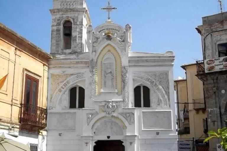 Pizzo, furto sacrilego nella chiesa dell'Immacolata: trafugati 30 candelabri