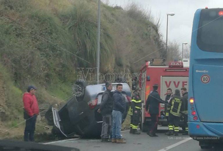 Incidente stradale sulla Statale 18, auto si ribalta in un tratto in discesa