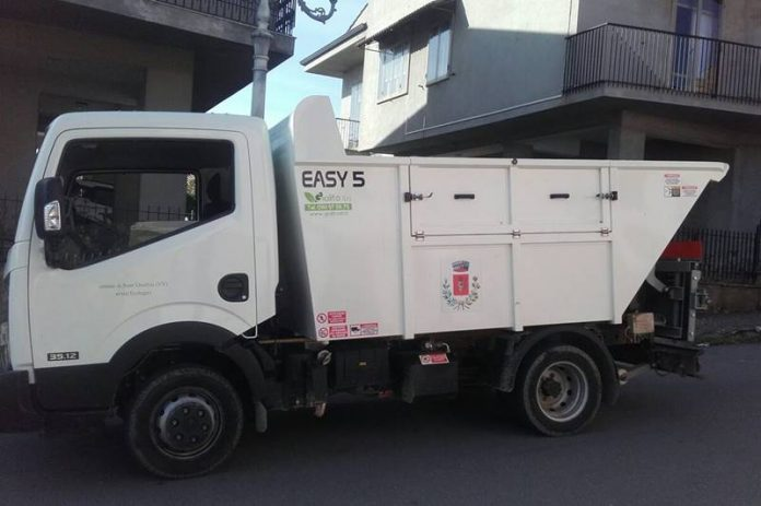 Il nuovo mezzo per la raccolta rifiuti a Sant'Onofrio