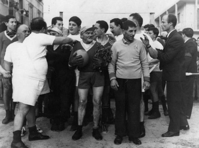 """""""Nardu u nanu"""", al cento della foto con il pallone in mano"""