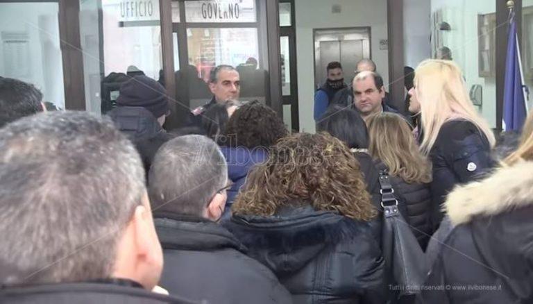 Vertenza Lsu-Lpu, protesta in Prefettura a Vibo: «Pronti a consegnare le tessere elettorali» (VIDEO)