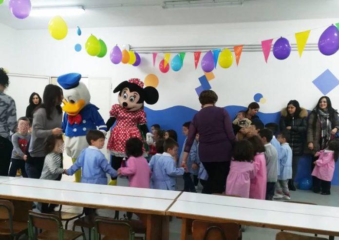 La festa nella scuola riaperta
