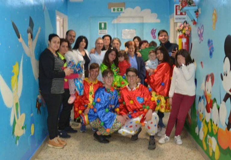 Clown in corsia, la Pro loco di San Costantino regala sorrisi in Pediatria a Vibo