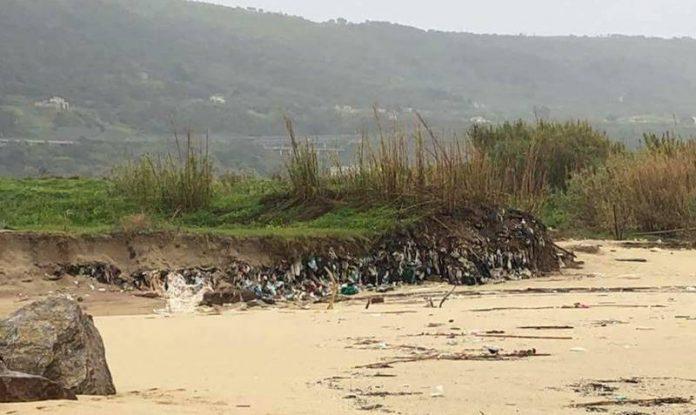La ex discarica dell'Angitola riaffiora sotto l'azione dal mare