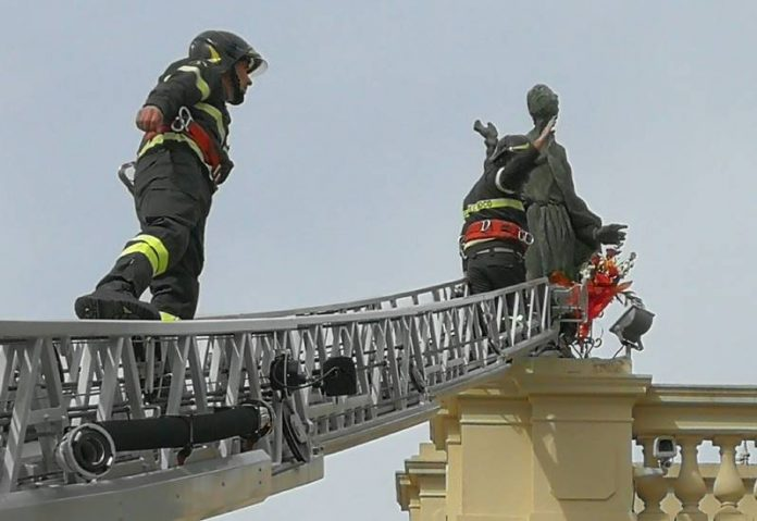 L'omaggio floreale dei Vigili del fuoco