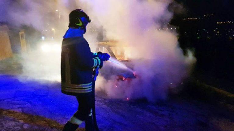 Furgoncino in fiamme nella notte a Sant'Onofrio, indagano i carabinieri
