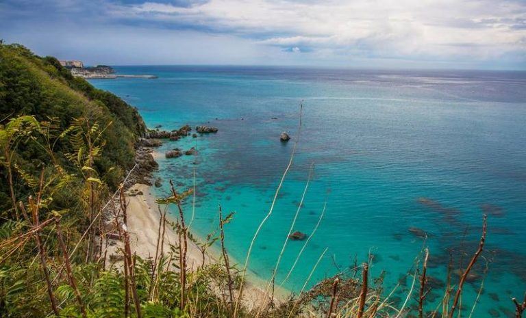 """Un'altra spiaggia vibonese da vetrina, """"Michelino"""" a Parghelia terza tra le 15 più belle d'Italia"""