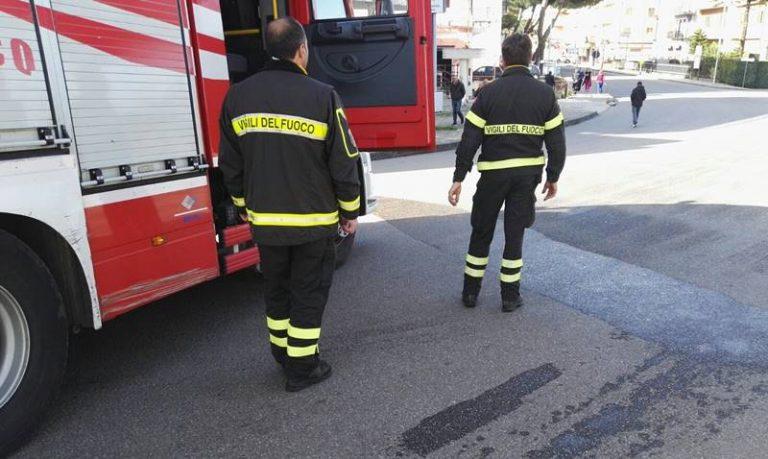 Perdita di gasolio su via Dante Alighieri a Vibo, intervento dei Vigili del fuoco