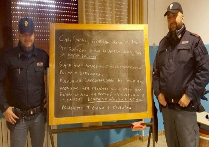 Gli agenti Tiziano e Claudio nell'aula a Porto Salvo