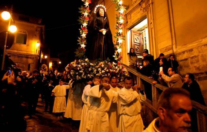 """La statua della """"Desolata"""" in processione a Vibo"""