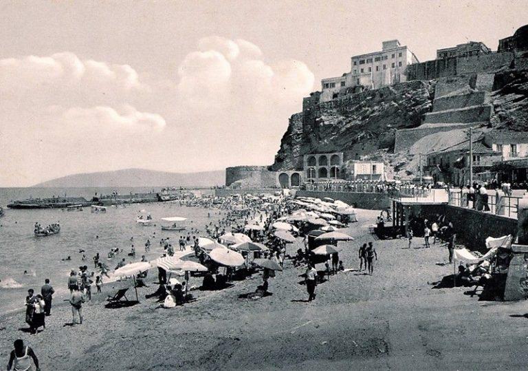 """Quando a Pizzo i turisti erano """"vagneri"""" e c'erano spiagge separate per maschi e femmine"""