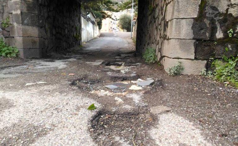 """La """"strada del ponticello"""" a Vibo Marina impraticabile: l'ironia corre sul web"""