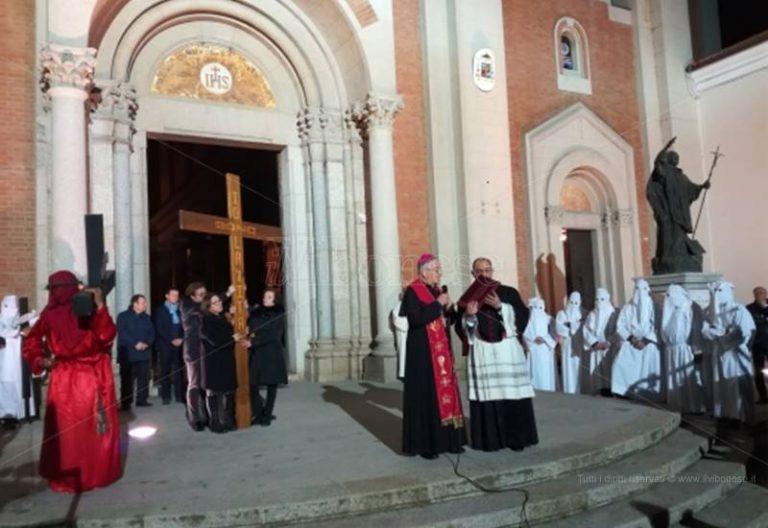 """Il racconto di monsignor Renzo alla Via Crucis: «Natuzza disse """"no"""" a Gesù per obbedire al vescovo»"""