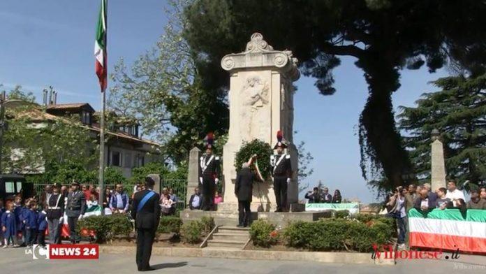 La deposizione della corona di alloro ai piedi del monumento ai caduti