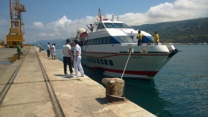 Un aliscafo al porto di Vibo Marina