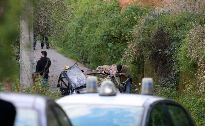 La vettura distrutta dall'esplosione a Limbadi