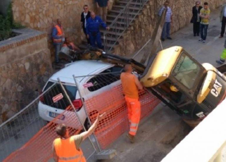 Incidente sul lavoro a Pizzo, escavatore si ribalta su un'auto in transito