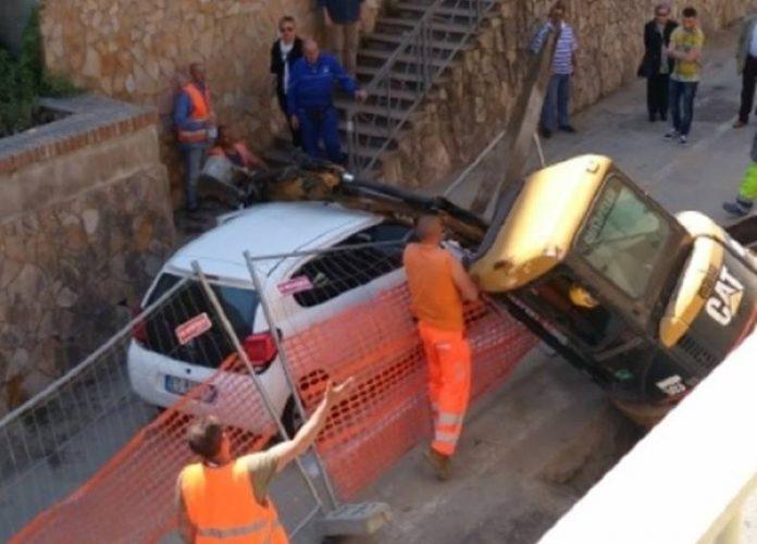 Il recupero dell'escavatore a Pizzo (foto Gazzetta del Sud)