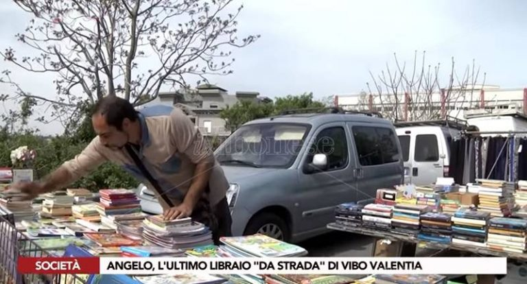 La storia di Angelo, l'ultimo libraio di strada a Vibo Valentia (VIDEO)