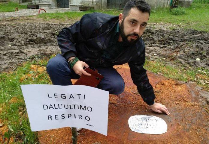 Angelo Ventimiglia con la sua installazione