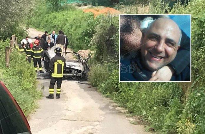 L'auto distrutta dalla bomba e (nel riquadro) Matteo Vinci