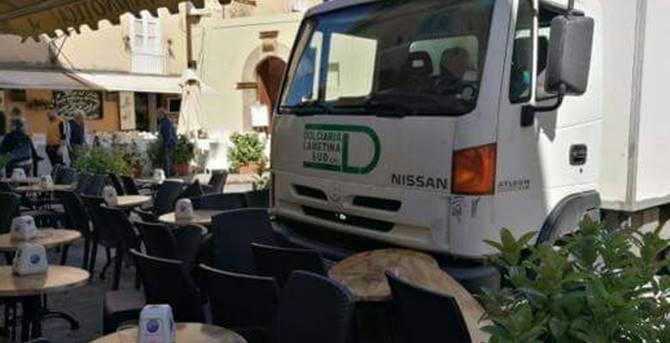 Il furgone contro il bar (foto tratta da facebook)
