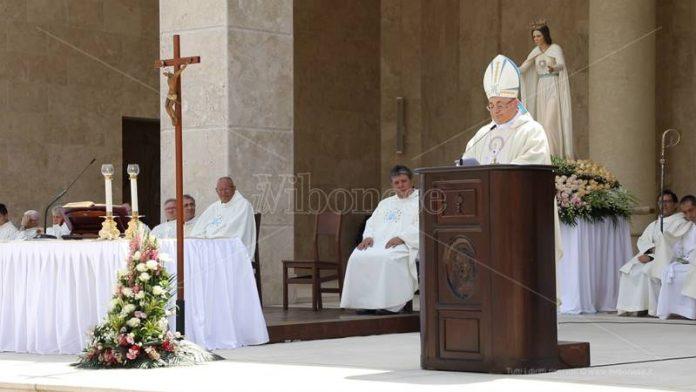 Il vescovo Renzo durante la celebrazione