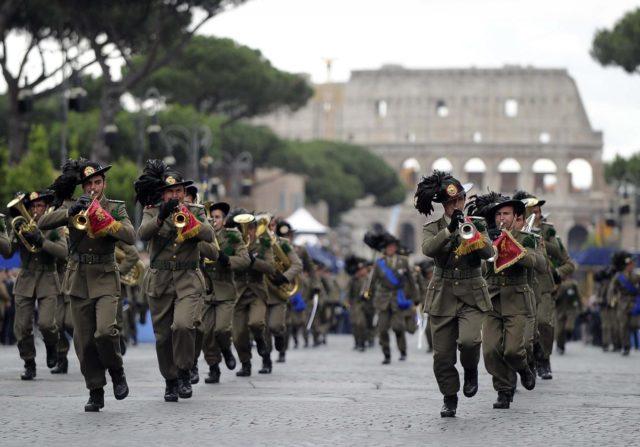 Un parata del 2 giugno a Roma