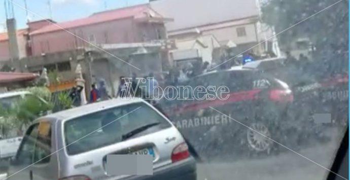 I migranti non ricevono il bonus giornaliero e bloccano la strada a Vibo Marina