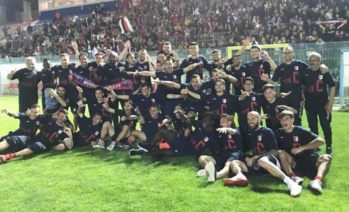 La squadra in festa al Luigi Razza dopo la vittoria sul Troina