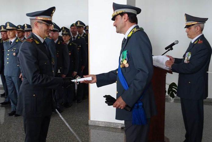Francesco Galeano premiato dal col. Elio Pallaria