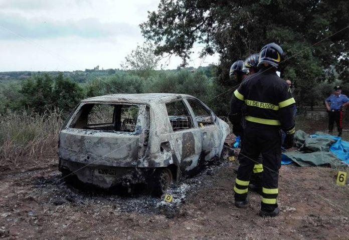 L'auto di Piperno completamente bruciata