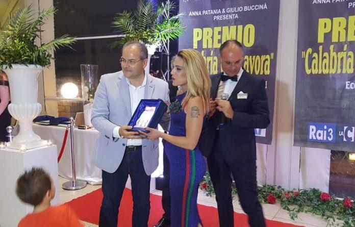 Maria Teresa Raffaele premiata da Michele Affidato