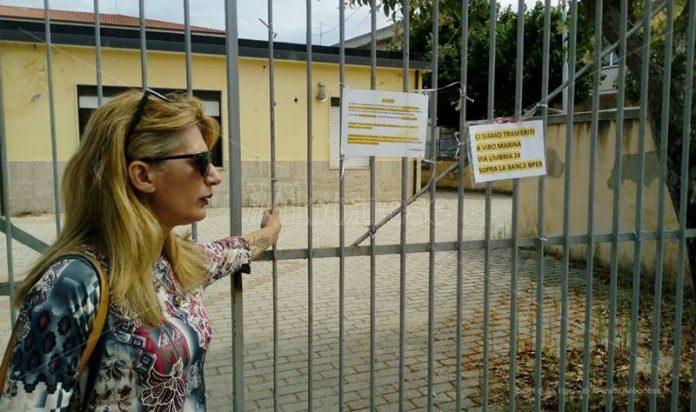 Mary Sorrentino davanti al cancello della sua ex sede