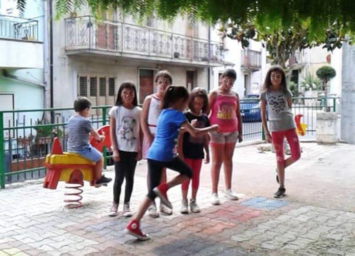 Giochi in piazza a Pizzinni