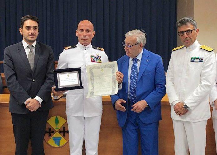 Il Primo maresciallo Fedele ritira il riconoscimento